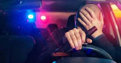 Ilyen nincs: a rendőrök előtt söröztek, majd kocsiba szálltak és elhajtottak