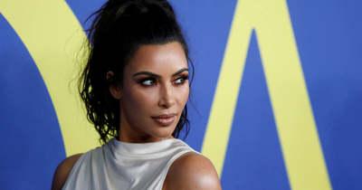 Soha nem gondolnád hol dolgozik Kim Kardashian, ráadásul már össze is kavart a főnökével!