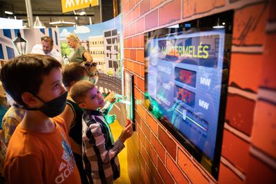 Atomerőművet is irányíthatnak a gyerekek a MiniPolisz interaktív kiállításán az MVM standján
