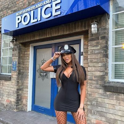 Szétfeszült a latexruha a szexi rendőrnő óriási keblein