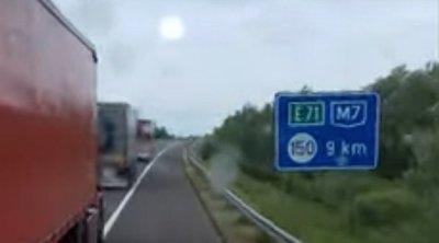Kamera rögzítette: életveszélyes dolgot csinált az M7-esen kétegymást leckéztető román kamionos
