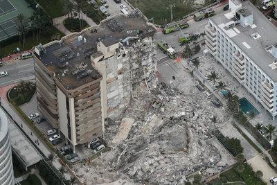 Csaknem százan lehetnek még a romok alatt a Miamiban összedőlt 12 emeletes házban