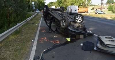 Tetejére borult egy személyautó a 6-oson, megsérült a sofőr