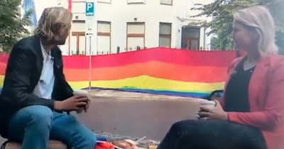 Óriási szivárványzászlót akasztottak hazánk hágai nagykövetségére