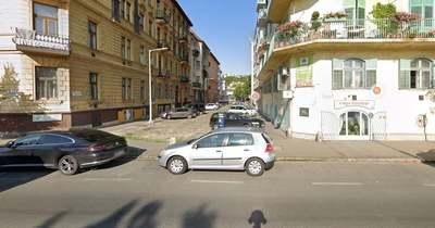 Brutálisan lezúzta az ittas sofőr a parkoló autókat a II. kerületben – Fotók!