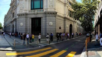 Meghökkentő, de Spanyolországban pesetával állnak sorban az emberek a nemzeti bank előtt