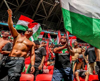Így hangolnak a franciák ellen a foci Eb budapesti szurkolói. A menet már a Stefánia útnál jár.