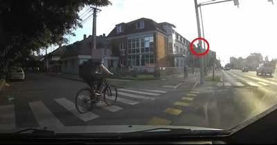 A sofőr lélekjelenlétén múlt, hogy nem gázolta el a szabálytalan biciklist Szombathelyen – videó
