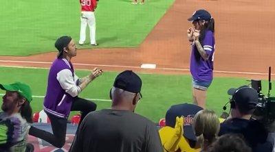 Sokkot kaptak a nézők a stadionban, megrázó fordulatot vett a lánykérés – videó
