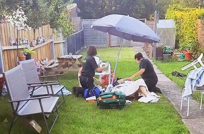 12 órán át várt a mentőkre, a hőségben a földön fekve egy idős nő Angliában