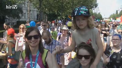 Gyermekeket akartak felvonultatni a leszbikusok a Pride-on