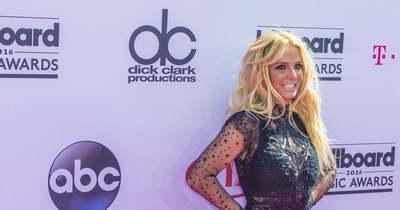 Elszakadt a cérna? Britney Spears csupasz mellét markolássza – Fotó!