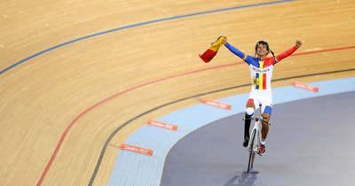 Olimpiai éremre tekerő sportminiszter