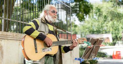 Eger legendás utcazenésze azt sajnálja, hogy nem gitárral született