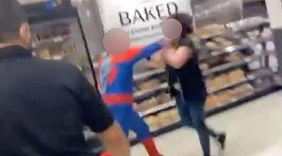 Brutális verekedés: Pókembernek öltözött férfi balhézott a helyi áruházban –videó