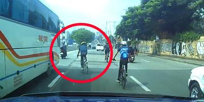 Az út közepén bambult a biciklis, aztán balról jött egy busz - videó