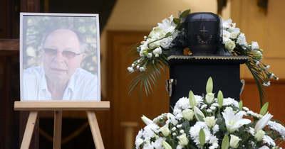 Az óbudai temetőben jártunk, így néz ki most Balázs Fecó sírja – Videó