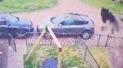 Olyat brutális horrorlény tűnt fela térfigyelő kamera felvételén, hogy papot kellett hívni – videó