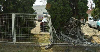 Kerítésnek ütközött egy személyautó a 32-es főúton, Szolnok közelében