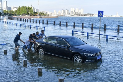 Kidőlt fák, hatalmas szél és vízzel teli lakások - ezek a legfrissebb képek a kínai áradásról