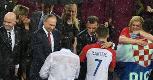 Vb 2018: Putyin az egyetlen, aki fölé esernyőt tartottak
