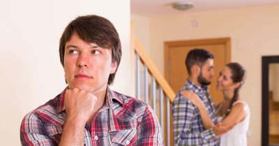 Rányitotta a férj a szomszéd szobában lévő feleségére az ajtót, durva, mit művelt odabent