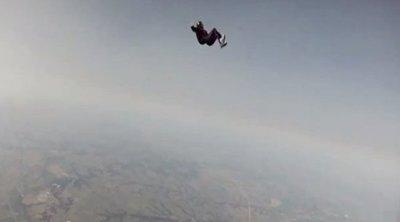 Tragédiába fulladt a tandemugrás: Hiába rángatta, nem nyílt ki a nő ejtőernyője