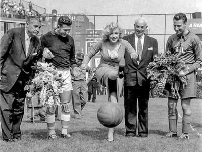 Marilyn Monroe és a foci: kezdőrúgás, de micsoda lábakkal!