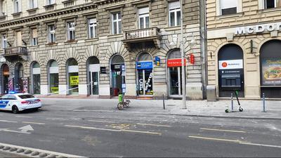 Omlik egy épület az Oktogonnál, lezárták az utat - képek