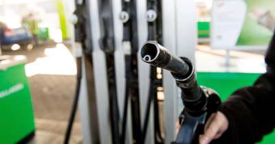 Milliókért tankolt ismerősei autójába a céges üzemanyagkártyáról