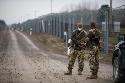 Négy katona megsérült Ásotthalomnál, erőszakos migránsok támadtak rájuk