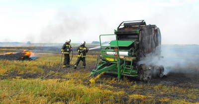 Fotókon a pusztítás: tarló, bálázógép és szalmabálák is égtek Heves megyében