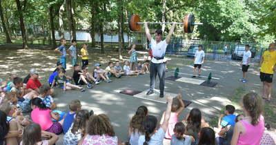 Súlyemelők látogatták meg a táborozó gyerekeket Szolnokon