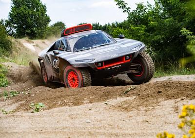 Elektromos szörnnyel tör első Dakar-győzelmére az Audi