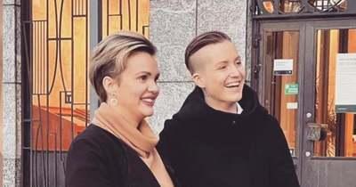 Egymás gyermekét hordaná ki a svéd leszbikus pár