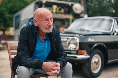 Reviczky Gábor egy Volgával idézi fel a 20 éves Üvegtigris kulisszatitkait