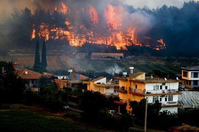 Veszélybe került az ismert török üdülőhely, a környékbeliek a tomboló tüzek elől menekülnek