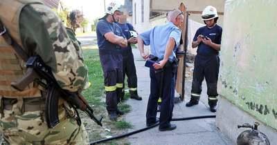 Rátámadt a tűzoltókra, miután felgyújtotta a házát
