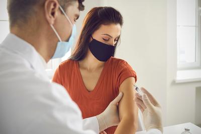 Már biztos: ezekben a szakmákban kötelező lesz hazánkban a koronavírus elleni oltás