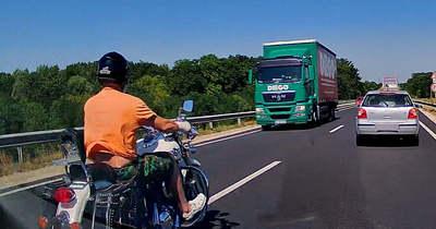 Centimétereken múlt a motoros élete a 84-es úton, videón az előzés