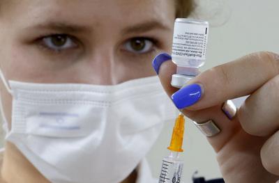 Két fizetett szabadnapra jogosultak a koronavírus elleni vakcinával beoltott állami alkalmazottak Csehországban