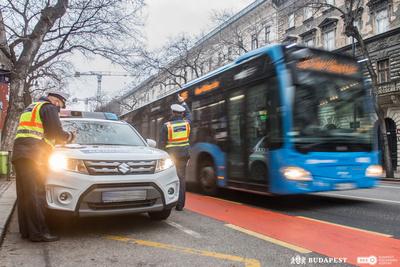 Pofátlan, buszsávban tolakodó autósokra vadászott a rendőrség