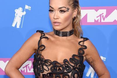 Aprócska bikiniben nyomta össze melleit Rita Ora: sosem volt volt még ilyen közel a kamera