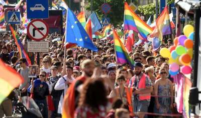 Látványosan megalázkodott az LMBTQ-lobbi előtt a krakkói polgármester