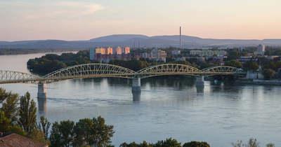 Demonstrálók zárták le a szlovák-magyar határt Esztergomnál