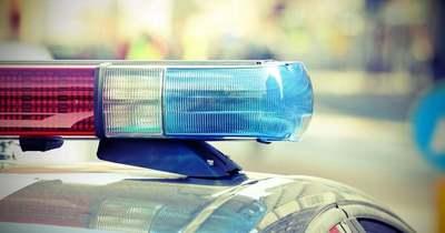 Fának hajtott egy autó az 1-es főúton, egy embert a tűzoltók szabadítottak ki
