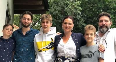 A színpadon hódít, otthon 4 fiút nevel a magyar opera-énekesnő