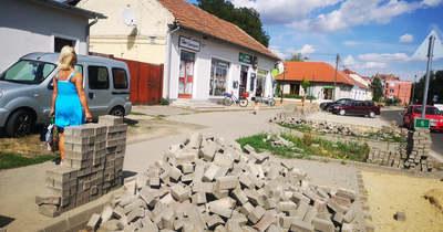 Valóban nem ütközik ellentmondásba a parkolóépítés Lőrinci főterén?