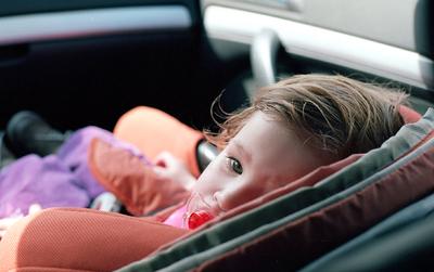 Szörnyű tragédia! Zárt autóban hagyott kislány halt meg a hőségben