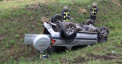 A tetejére borult egy autó az M85-ösön, egyéves gyermek sérült meg a balesetben